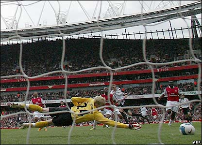 Crouch scores against Arsenal