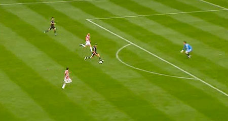 Jordan Henderson misses a great chance against Stoke